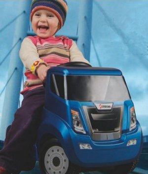 enfant sur camion porteur sans pédale